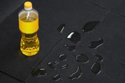 Олія, мастило на бруківці